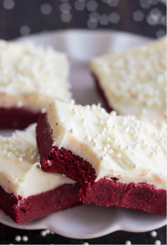 Czerwony velvet sugar cookie bars with cream cheese frosting