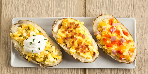 Café da manhã Baked Potato Boats Stuffed with Cheesy Eggs