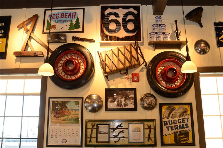Histórico decorations pay homage to California's Route 66, such as an antique tire, luggage rack and suitcase, old motor oil cans, and an antique Esso calendar from June 1969.