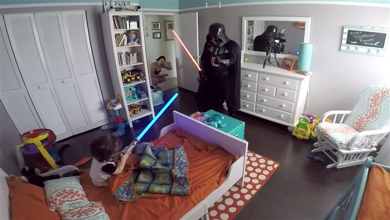 Ojciec wakes his son up from nap dressed as Darth Vader
