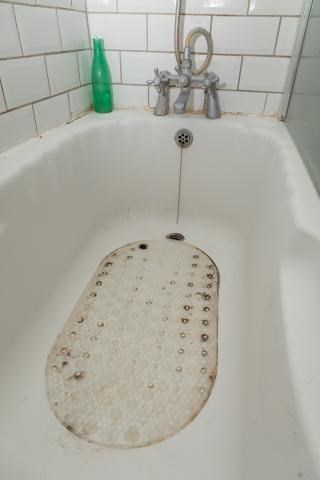 Roestig bathtub, bathroom remodel, bathtub remodel, fix bathtub