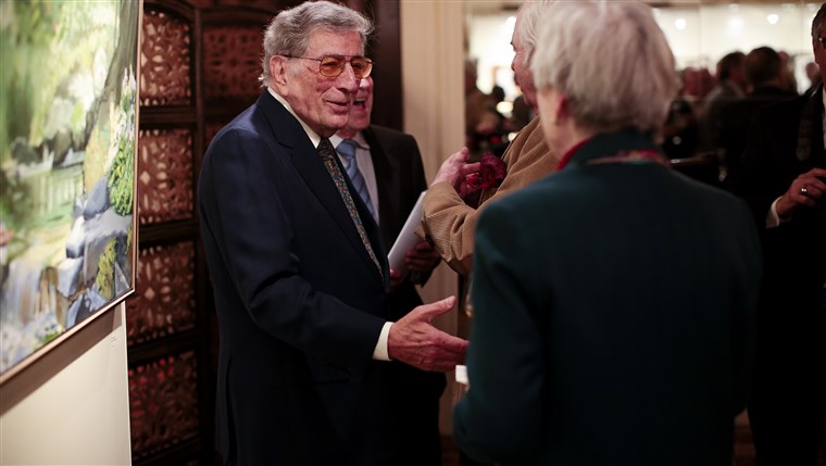 Obraz: Tony Bennett greets visitors to his exhibit in New York. The gallery of paintings and sculptures features work from throughout his career.
