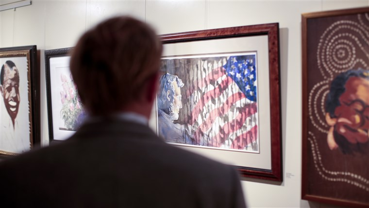 Obraz: A gallery visitor admires a painting by Tony Bennett