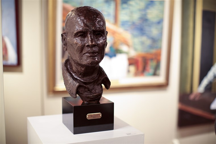 "Obraz: A bust of singer-actor Harry Belafonte is displayed among Bennett's paintings. Bennett titled the sculpture of his dear friend, ""The Patriot."""