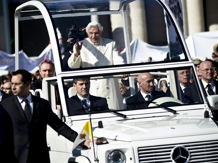 paus Benedict XVI waves to the crowd from the specially modified Mercedes dubbed the