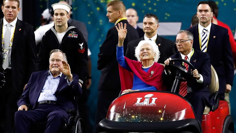 Były US President George H. W. Bush and former First Lady Barbara Bush are introduced prior to Super Bowl 51