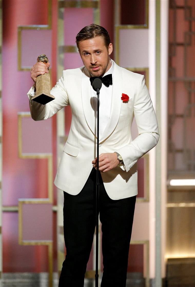 Bilde: Actor Ryan Gosling holds his award for Best Actor, Motion Picture - Musical or Comedy for