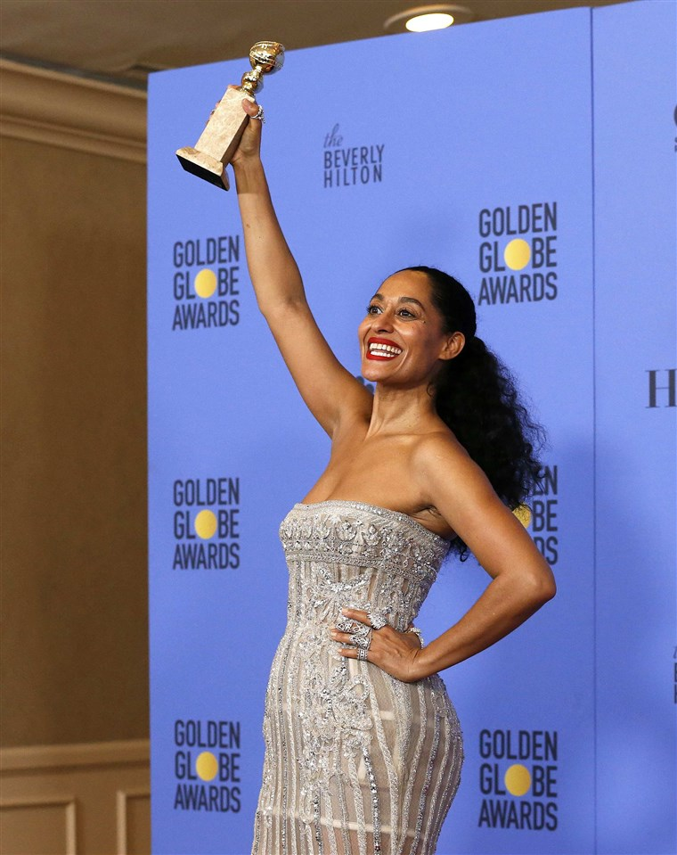 Bilde: Tracee Ellis Ross holds her award during the 74th Annual Golden Globe Awards in Beverly Hills