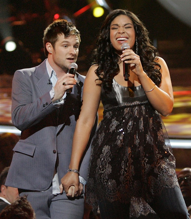 Finaliści Jordin Sparks, right, and Blake Lewis perform a duet to,