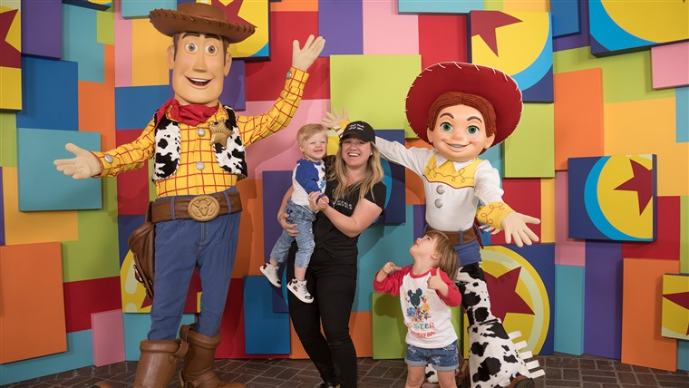 Kelly Clarkson and her kids take a photo with