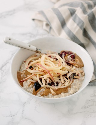 Aveia bowl with spiralized apples and toasted almonds