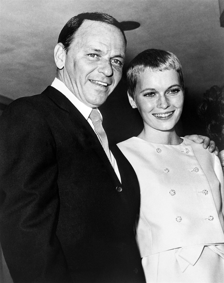 Oppriktig Sinatra and his then-new bride Mia Farrow in 1966.