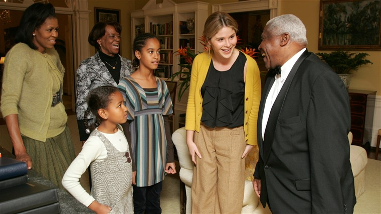 POND, Jenna, Barbara and GWB welcome Michelle Obama, her mother, Marian Robinson, and her children Malia and Sasha to a tour of the White House Tuesday, Nov. 18, 2008 in Washington, D.C.