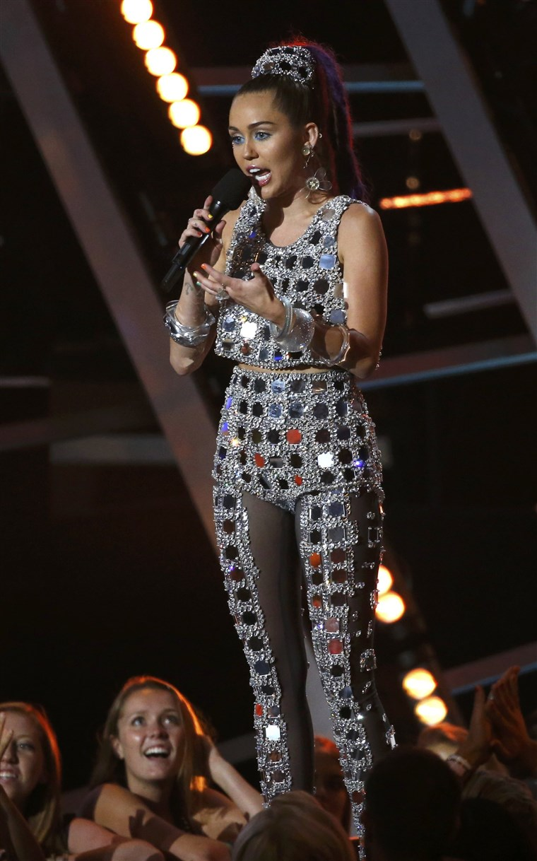Tunjukkan host Miley Cyrus at the 2015 MTV Video Music Awards in Los Angeles