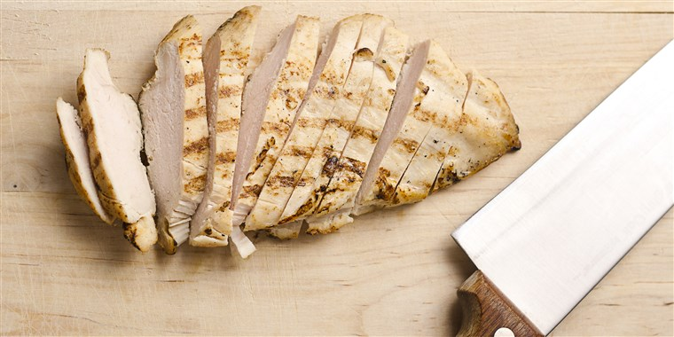Grelhado chicken breast slices on wood