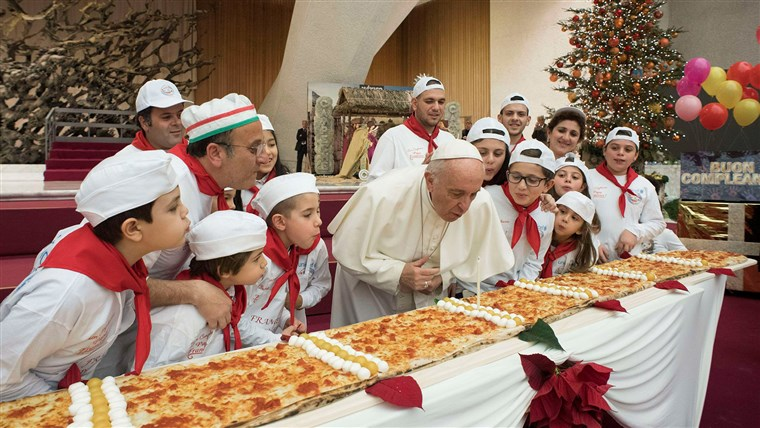 Bilde: Pope Francis blows on a cake to celebrate his birthday during a special meeting at Paul VI hall at the Vatican