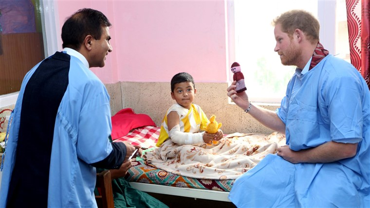 Bilde: Britain's Prince Harry visits a patient at the burn unit of Kanti Children's Hospital