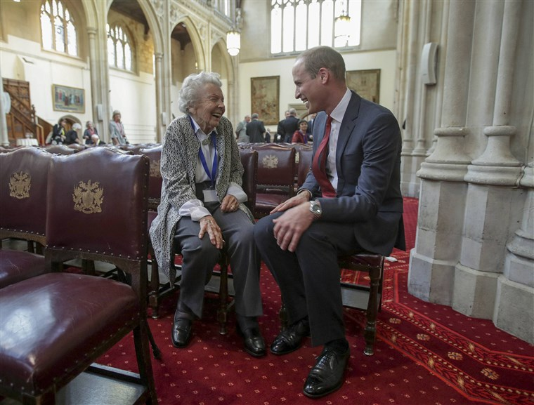 Principe William meets Iris Orrell, aged 98, who received an Orphans Medallion during a Metropolitan and City Police Orphans Fund reception, at the Guildhall, London.