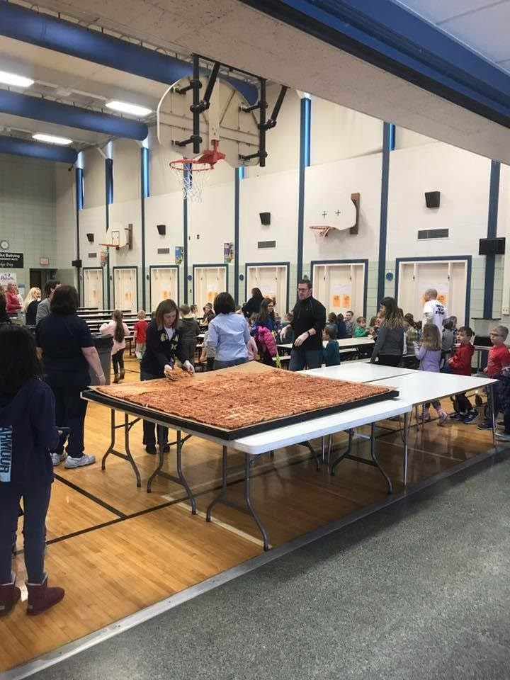 Reusachtig pizza delivery to Trenton, MI elementary school