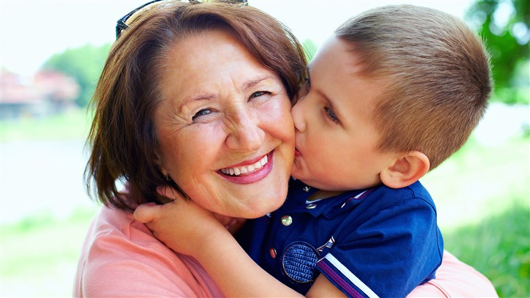 Criança kissing grandmother