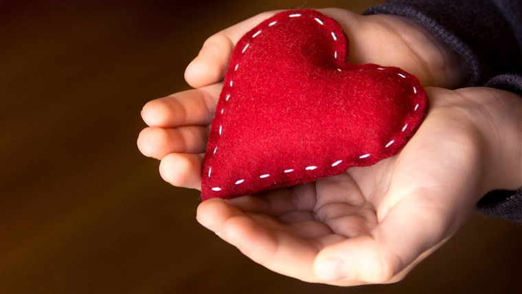 rød heart in child hands, hand made gift, valentine day and family love concept, close up, horizontal